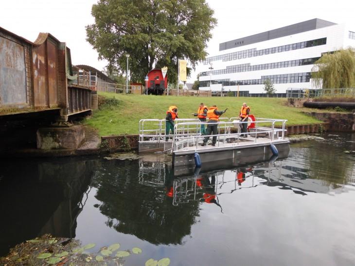 Waterboarding im Sinne der Allgemeinheit: Dreck wird aus dem Wasser des Spoykanals an Bord geholt
