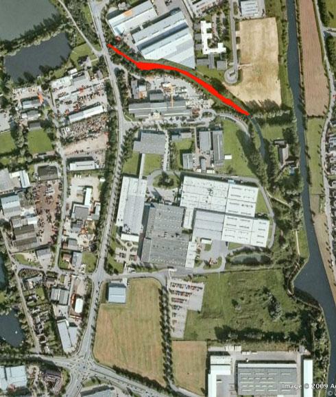 Aus Wasser wird Land? Um diesen roten Strich geht es. Zur Orientierung: Unten links an der Kreuzung ist das Hotel Cleve erkennbar