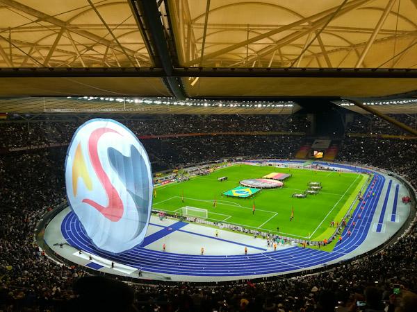 Ein Blick auf das Fußballfeld des Berliner Olympiastadions vor dem Spiel