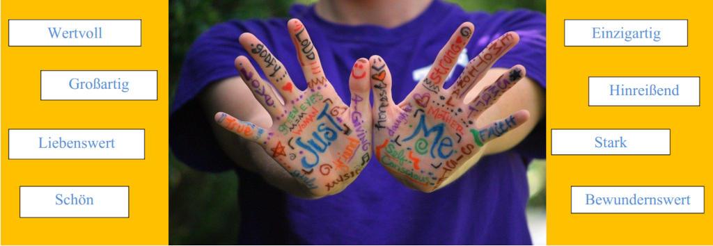 """Eine nicht vollständig sichtbare Person streckt beide Hände geöffnet nach vorn. Die gesamten Handinnenflächen sind mit Worten zum Thema """"Just me""""/""""Einfach Ich"""" beschrieben."""