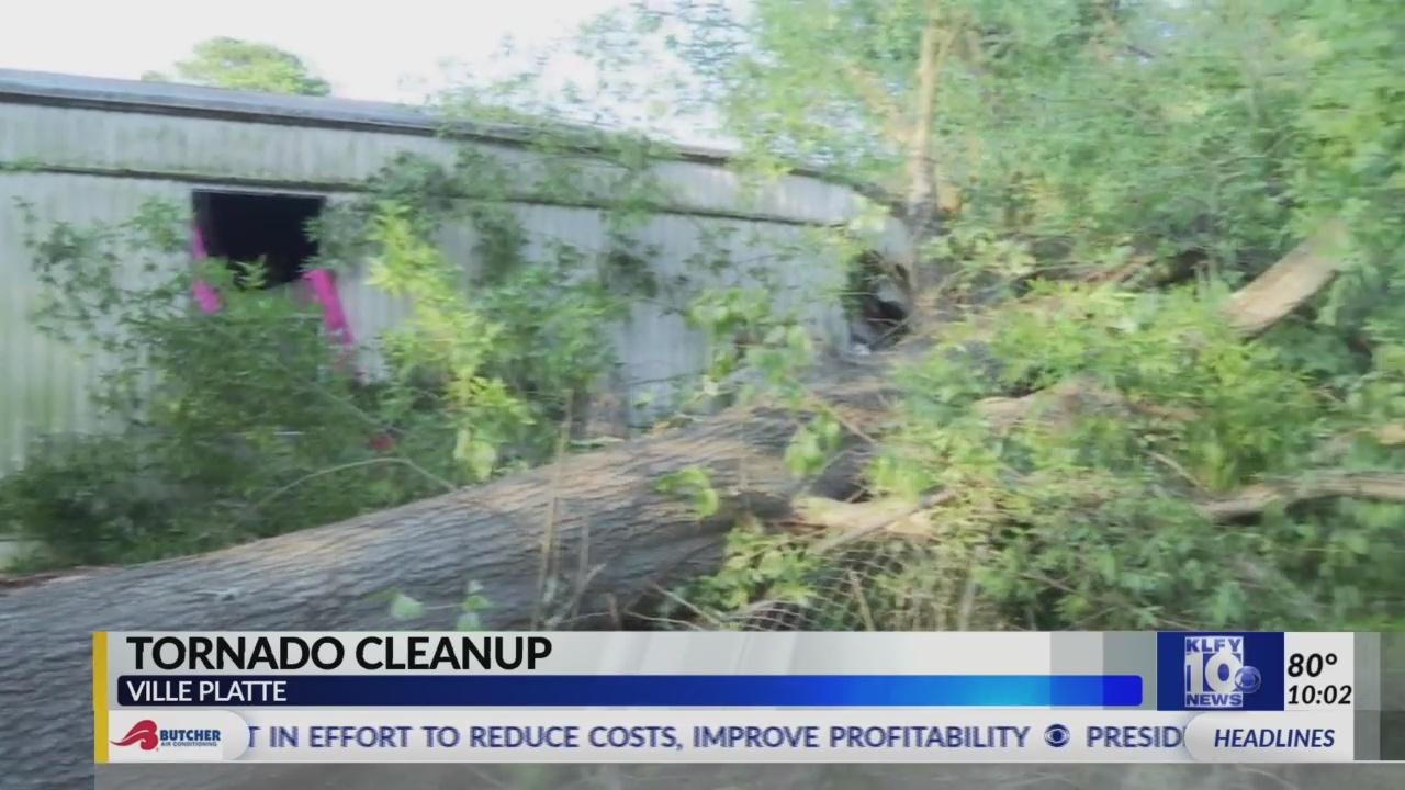 Clean_up_underway_in_Ville_Platte_0_20190521033936