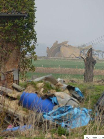 Reste von Immerath; Im Hintergrund der Braunkohlebagger   (C) Bianca, Extinction Rebellion (#1)