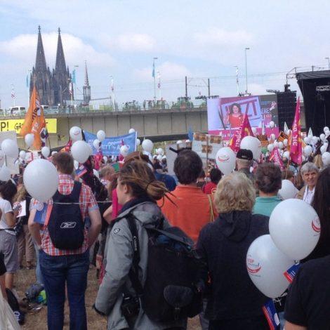 Das Transparent an der Brücke wurde von Greenpeace aufgeängt, die sich dort abgeseilt haben. Die Polizei wollte räumen, war dann aber klüger und hat es lieber gelassen.