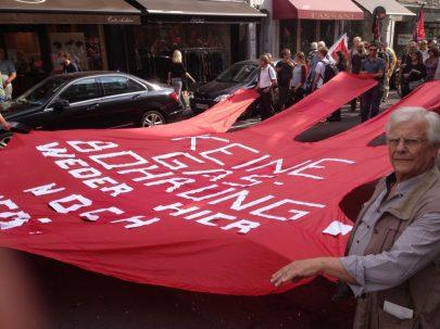 Viele Helfer waren nötig, um die Rote Hand durch die Straßen zu tragen.