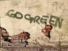 """Go Green"": Graffiti an einer Hauswand in Dresden"