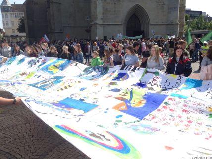 Schülerdemo Fridays For Future Hamm, 24.05.2019: Das Banner war das Ergebnis der Aktion Ausrufezeichen! der Gemeinschaftsschule Oelde, die dafür nach Hamm angereist ist.