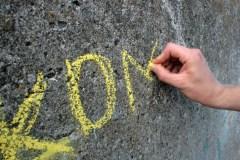 Die Gäste der Klimale sind aufgerufen ihre eigenen-Klima Botschaften an der Flutmauer mitzuteilen (Foto: C.Koch)