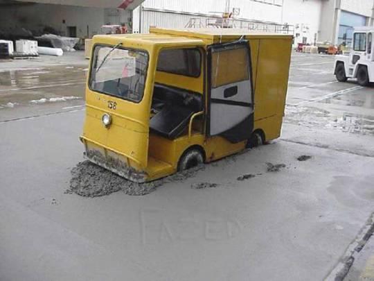 Imagen divertida de carros atascado en cemento fresco