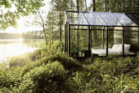 Fotografia de cabaña transparente en un lago