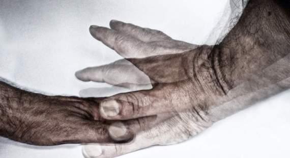 Rascar y oler: así podría diagnosticarse el riesgo de Parkinson en algunas personas