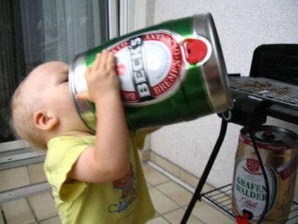 foto divertida de bebe tomando cerveza