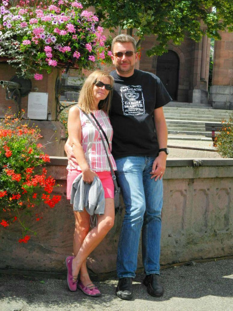 Uwe und ich am Brunnen auf dem Marktplatz in Munster