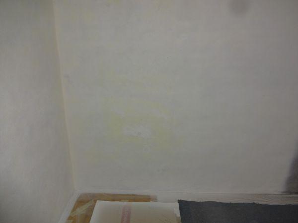 Gele vlekken komen door verf op muur  voorstrijk welke