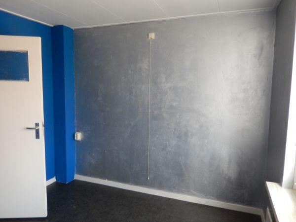 Structuurverf op donkere muur en wit verven