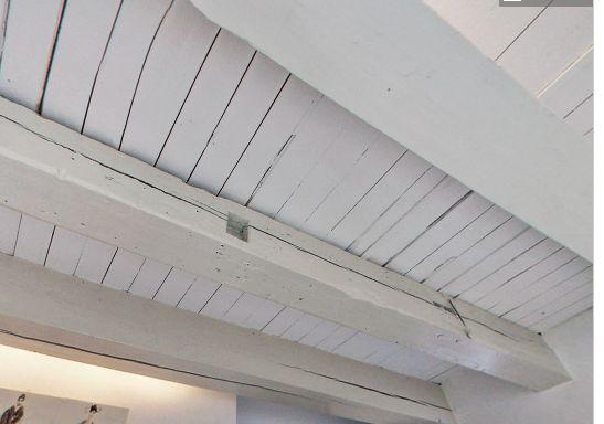 Is dit plafond met oude houten balken in goed staat