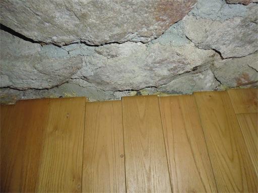 Plint tegen onregelmatige muur plaatsen
