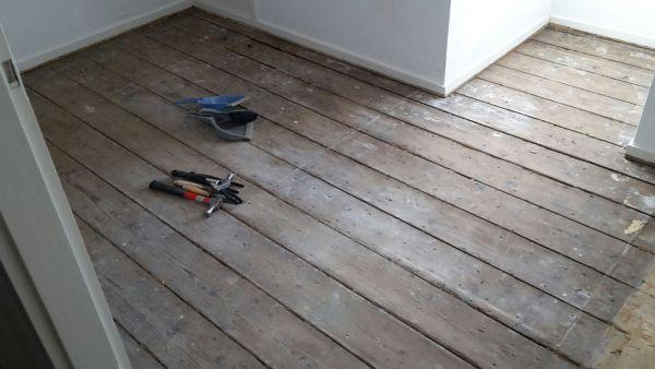 Oude houten planken vloer egaliseren voor laminaatvloer