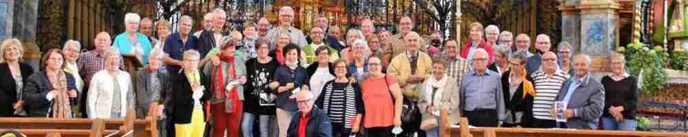 Menschengruppe vor der Klosterkirche Rheinau