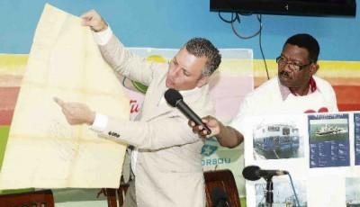 MFK-leider Gerrit Schotte in de weer met een kaart tijdens de persconferentie van zijn partij. Hij wordt bijgestaan door partijvoorzitter Amerigo Thodé.Archief Knipselkrant 18-10-2012