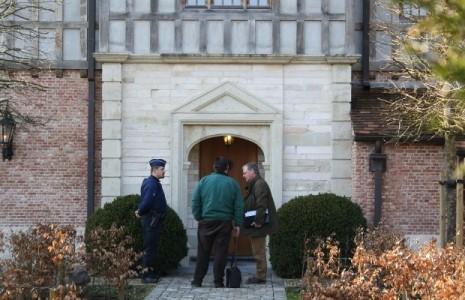 deurwaarder-betreedt-gekraakte-luxevilla-in-schilde