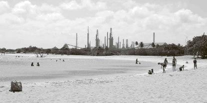 Het uitzicht op de raffinaderij vanaf Baby Beach.