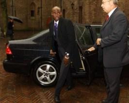 Ex-gevolmachtige Minister mr. Sheldry-Osepa (MFK) deelt zijn weetjes met zijn Facebook-vrienden.