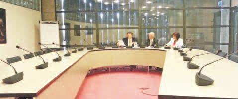 Waarnemend commissievoorzitter André Bosman - met rechts van hem griffier Tim de Lange en diens  medewerkster - kon bij gebrek aan deelnemers door de agenda vliegen.  FOTO AD