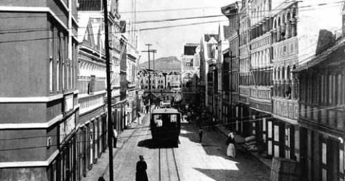 Mocht er een tramlijn komen op Curaçao, dan is dat niet voor het eerst. Rond 1880 was er ook een lijn die passagiers door de binnenstad vervoerde. FOTO GEHEUGEN VAN NEDERLAND