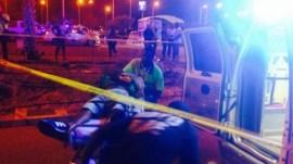 Een van de slachtoffers van de schietpartij wordt in een ambulance gelegd