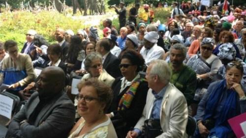 VN-adviseur Verene Shepherd (met zonnebril en gekleurde sjaal) bij de slavernijherdenking