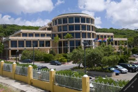 De aanhoudende pogingen van Francesco Corallo om een bankvergunning af te dwingen bij de Centrale Bank van Curacao en Sint Maarten trekken een zware wissel op de Curacaose politiek en financiële sector