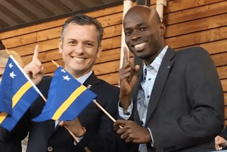 MFK politici Sheldry Osepa (rechts) en 'su Lider' Gerrit Schotte (links)