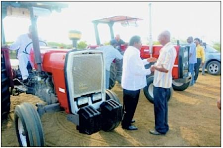 De overhandiging van de voertuigen aan de landbouwcoöperaties vond gisteren plaats.
