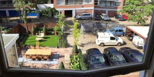 Een samensmelting van 2 foto's van de tuin van het Curaçaohuis maakt duidelijk dat de aanleg van de tuin wel degelijk ten koste is gegaan van de parkeerruimte