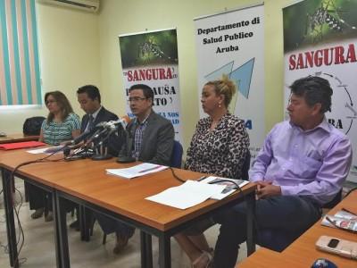 Minister Alex Schwengle van Volksgezondheid tijdens de persconferentie vanochtend waarin de eerste vier gevallen van zika werden aangekondigd | foto: Ariën Rasmijn