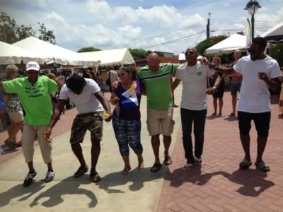 Het publiek danst spontaan op de wijs van oude kinderliedjes | foto: Janita Monna