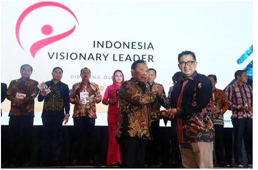Bupati KSB Raih Penghargaan Visionary Leader