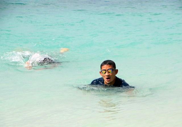 Sandiaga Uno Berenang di Gili Trawangan