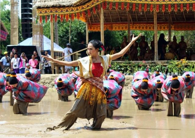 Tarian Lumpur Festival Taliwang Tahun 2019