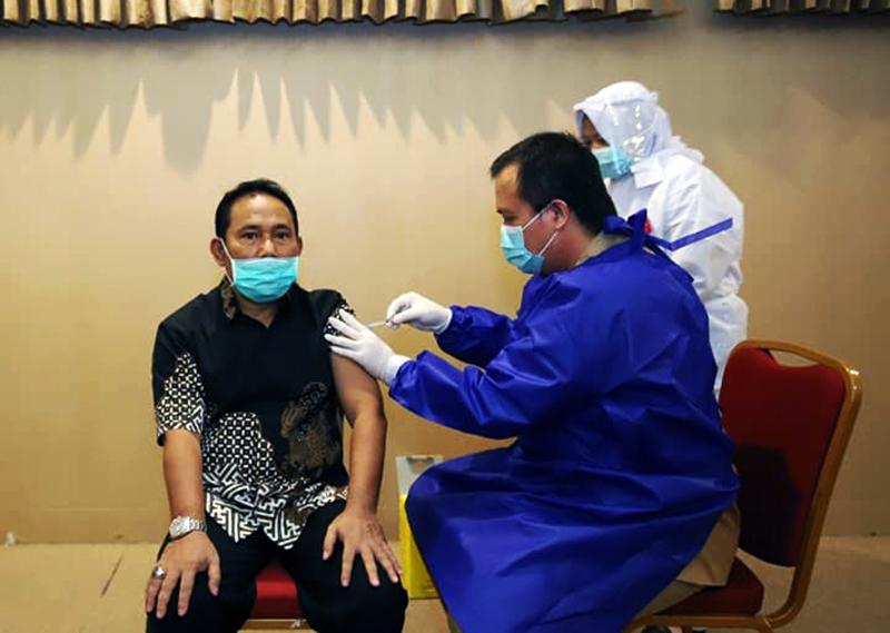 Tepat Berusia 58 Tahun, Bupati Sumbawa Barat Disuntik Vaksin Covid-19