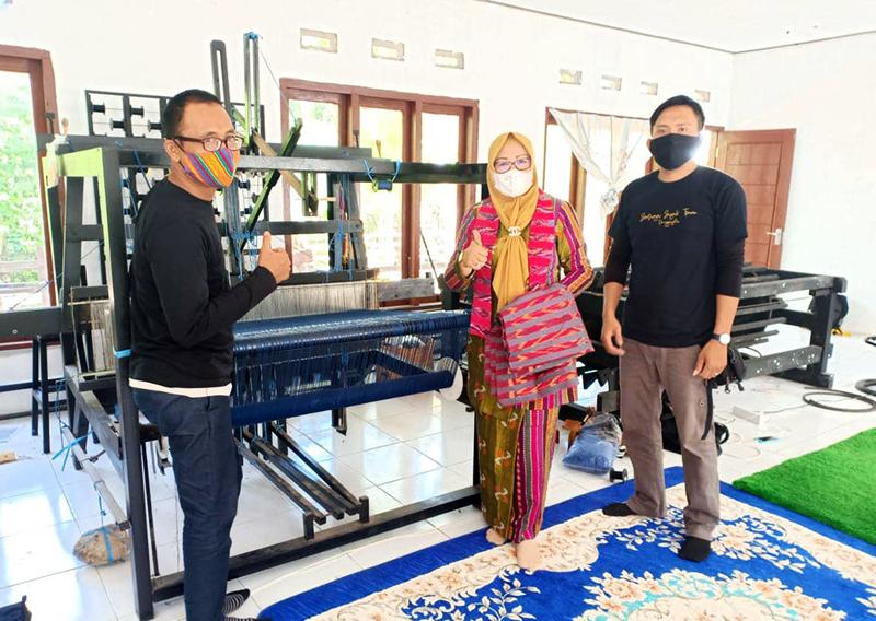 Hj Hanipah Hidupkan Kembali Kerajinan Tenun di Sumbawa Barat