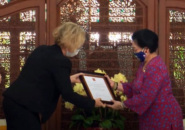 Penyerahan Dekrit Presiden Putin Tentang Bintang Jasa Negara Untuk Persahabatan Rusia Indonesia Kepada Megawati Sukarnoputri 3