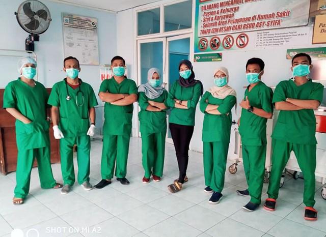 dr. Dwi Indrianti Firmatasari Bersama Paramedis di RSUD Asy Syifa KSB