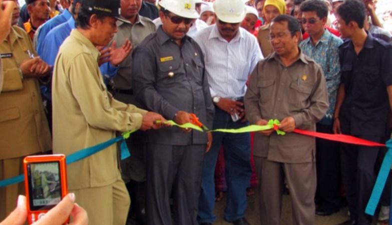 Jalan Berliku Proyek Bendungan Bintang Bano di Sumbawa Barat Gunting Pita Tanda Dimulainya Proyek Bendungan Bintang Bano Pada Tahun 2010