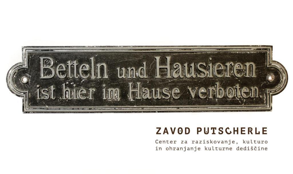 """Tablica z ene od dunajskih hiš: """"Beračenje in krošnjarjenje sta v tej hiši prepovedana."""" Razstavljeno na razstavi Vitrine spomina."""