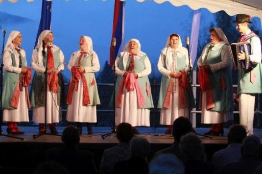 Pevke Folklorne skupine Društva Kočevarjev - staroselcev. Nastop na Dnevih kočevarske kulture v Občicah, 2018.