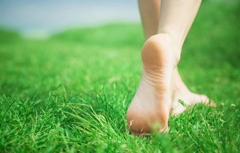 Sucha i pękająca skóra na piętach — jak temu zaradzić?