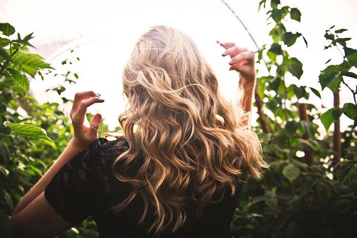 Najpopularniejsze metody zagęszczania włosów – ile kosztują?