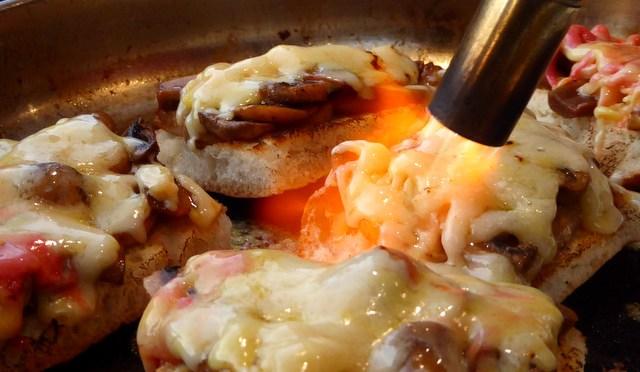 Zapiekanki – überbackenes Baguette mit Pilzen