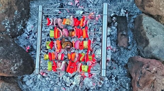 Grillen am Lagerfeuer: Gemüsespieße auf dem Grilliput und Kartoffeln aus der Glut